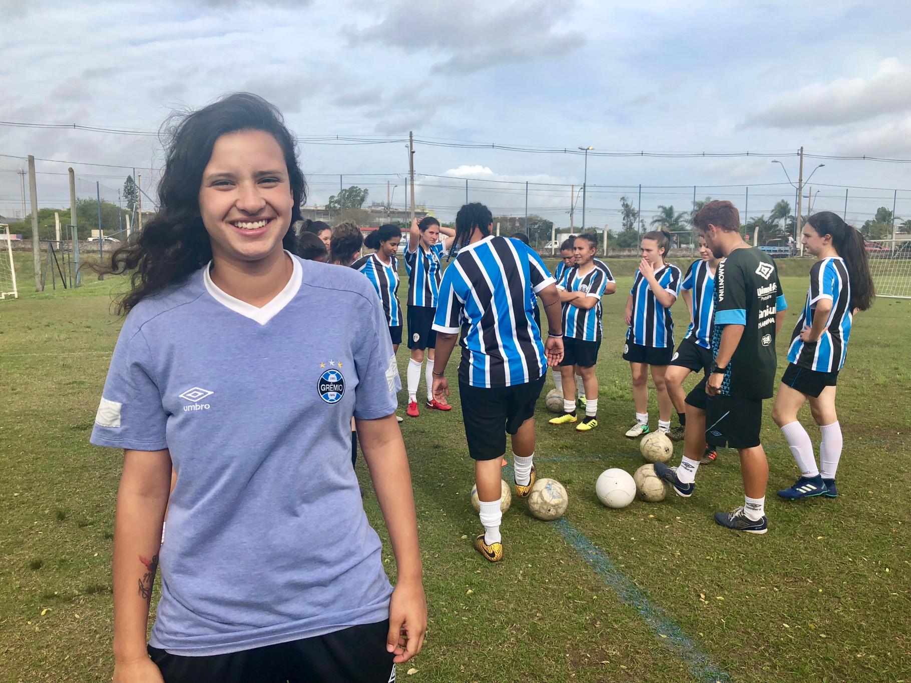 Atleta da Escola de Futebol ingressa na equipe profissional feminina do  Grêmio 0c633072667c5